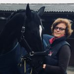 glückliches Pferd und Reiterin
